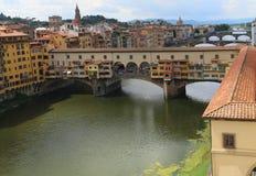 在佛罗伦萨跨接叫的Ponte Vecchio和瓦萨里走廊 库存照片