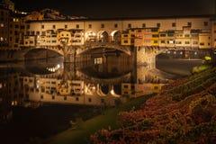 在佛罗伦萨跨接Ponte Vecchio夜在秋天 免版税库存照片