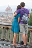在佛罗伦萨都市风景前面的夫妇 库存照片