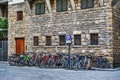 在佛罗伦萨骑自行车在一个小正方形的停车处 免版税库存图片