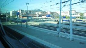 在佛罗伦萨Rifredi的驻地的到来有旅客列车的 股票录像