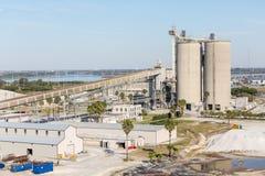 在佛罗里达海岸的工业运输操作  免版税库存照片