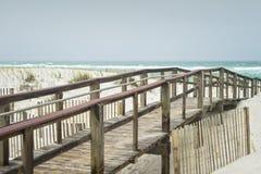 在佛罗里达海滩木板走道的美好的雨天 免版税库存照片