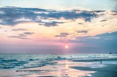 在佛罗里达海滩的日落 免版税库存照片