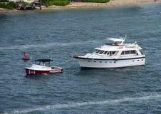 在佛罗里达水路的拖曳小船 免版税库存图片