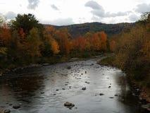 在佛蒙特河的多云秋天天 免版税库存图片