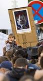 在作为一个邪恶的小丑显示的米洛什・泽曼前面讽刺画的一个孩子在布拉格瓦茨拉夫广场的示范 免版税库存照片