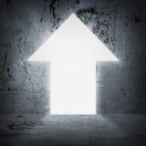 在作为箭头的混凝土墙门道入口 bright light 免版税库存照片