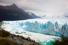 在佩里托莫雷诺冰川的游览 库存图片
