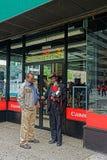 在佳能商店前面的路易斯Mendes在曼哈顿 免版税库存图片
