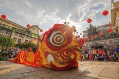在使人开眼界的仪式, Thien Hau夫人塔,越南的南狮舞蹈 库存照片
