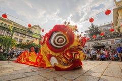 在使人开眼界的仪式, Thien Hau夫人塔,越南的南狮舞蹈 图库摄影
