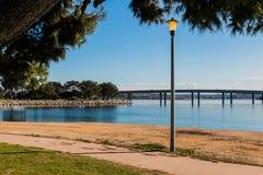 在使命海湾的路灯柱在有桥梁的圣地亚哥 免版税库存照片