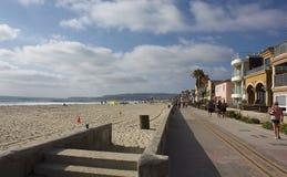 在使命海湾,加州,美国的走的长的海边 免版税库存照片