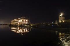 在使命海湾,圣地亚哥的河船 库存照片