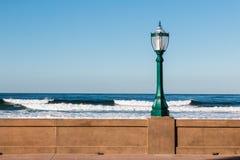 在使命海滩木板走道的路灯柱在圣地亚哥 库存图片