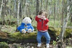 在使用与玩具熊的森林小女孩的春天 图库摄影