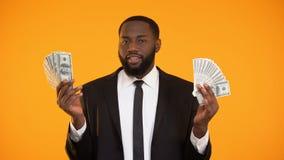 在使用与美元钞票和做亲吻的衣服的性感的非裔美国人的男性 股票视频