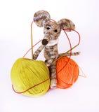 在使用与c的一条白色围巾的小五颜六色的被编织的玩具老鼠 免版税库存照片
