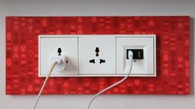 在使用中的电能插口和在使用中的USB端口在墙壁上 库存图片