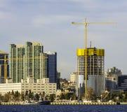 在使用中的建筑用起重机 免版税库存图片