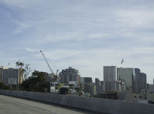 在使用中的建筑用起重机 免版税库存照片