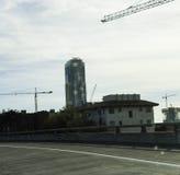 在使用中的建筑用起重机 库存照片
