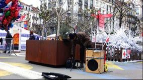 在使用在路人的口琴的街道上的音乐家 股票录像