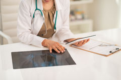 在使用片剂个人计算机的医生妇女的特写镜头 免版税库存照片