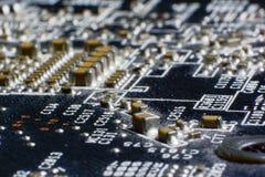 在使用的电子线路bo的表面登上多灰尘的smd组分 库存图片