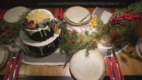 在使装饰的圣诞节蛋糕饭桌震惊的顶面全景视图新年庆祝家庭欢乐大气的 股票视频