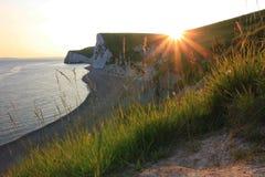 在侏罗纪海岸,南英国的晚上太阳 免版税库存照片