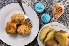 在供应的膳食上的平的位置与sarma烹调了土豆盐胡椒和面包 免版税库存图片