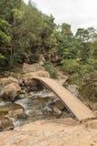 在供徒步旅行的小道的桥梁对小瀑布 图库摄影