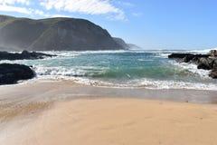 在供徒步旅行的小道的美妙的风景在Robberg在普莱滕贝尔格海湾,南非的自然保护 免版税库存图片