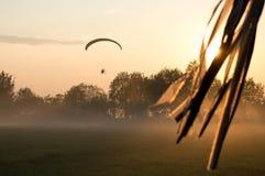 在供给动力的滑翔伞的晚上飞行 免版税库存照片