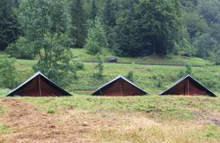在侦察员的野营的帐篷在山的草坪野营 免版税库存照片