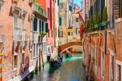 在侧向狭窄的运河的长平底船在威尼斯,意大利 免版税库存照片