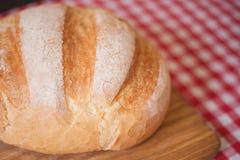 在侧视图的有壳的大面包在木桌上 库存照片