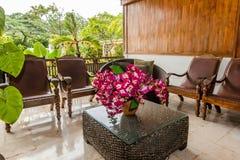 在便宜的别墅的美好的大厅区域在巴厘岛 免版税库存照片