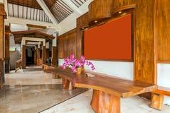 在便宜的别墅的美好的大厅区域在巴厘岛 免版税库存图片