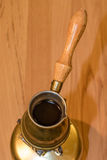 在便携式的火炉的土耳其咖啡罐 图库摄影