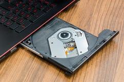 在便携式计算机上的圆盘盘子 图库摄影