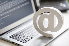 在便携式计算机上的电子邮件标志 免版税库存照片
