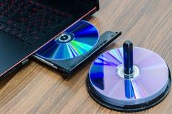 在便携式计算机的CD/DVD ROM 免版税库存照片