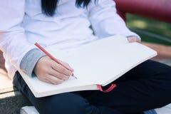 在便条纸的孩子文字 免版税库存照片