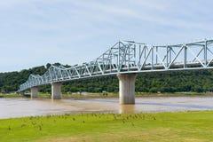 在俄亥俄河的米尔顿麦迪逊桥梁在肯塔基和Ind之间 免版税库存图片
