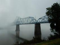 在俄亥俄河的罗素,肯塔基的早晨雾桥梁 免版税库存照片
