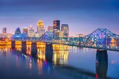 在俄亥俄河的路易斯维尔,肯塔基,美国街市地平线黄昏的 免版税库存照片