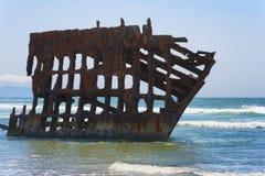 在俄勒冈海岸的彼得Iredale海难 免版税库存照片